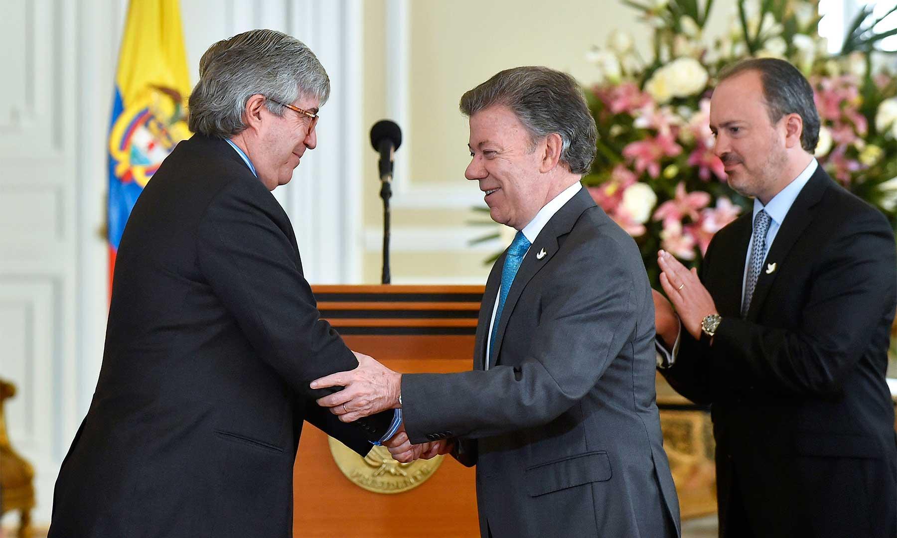 El Presidente Santos felicita en su posesión a Eduardo Díaz como nuevo Director para la Atención Integral de la Lucha contra las Drogas, con la misión de buscar estrategias efectivas en sustitución de cultivos ilícitos.