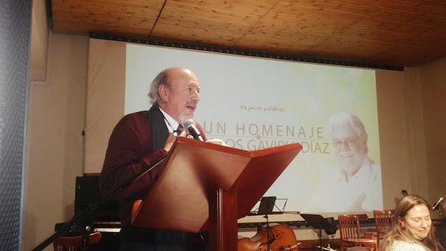 El actor Humberto Dorado evocó a viva voz los gustos poéticos de Gaviria Díaz. Foto: la Pluma & La Herida