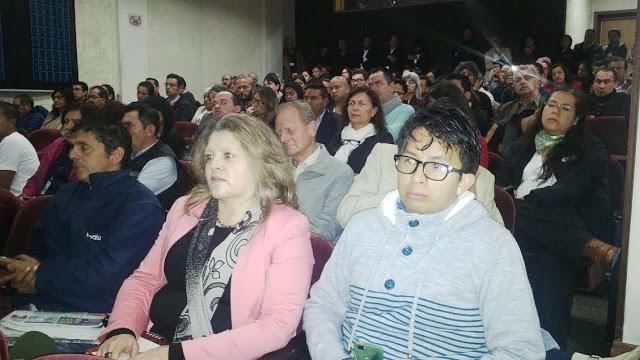 El público de la sala 'Germán Arciniegas', expectante ante el homenaje al ilustre magistrado y académico. Foto: La Pluma & La Herida