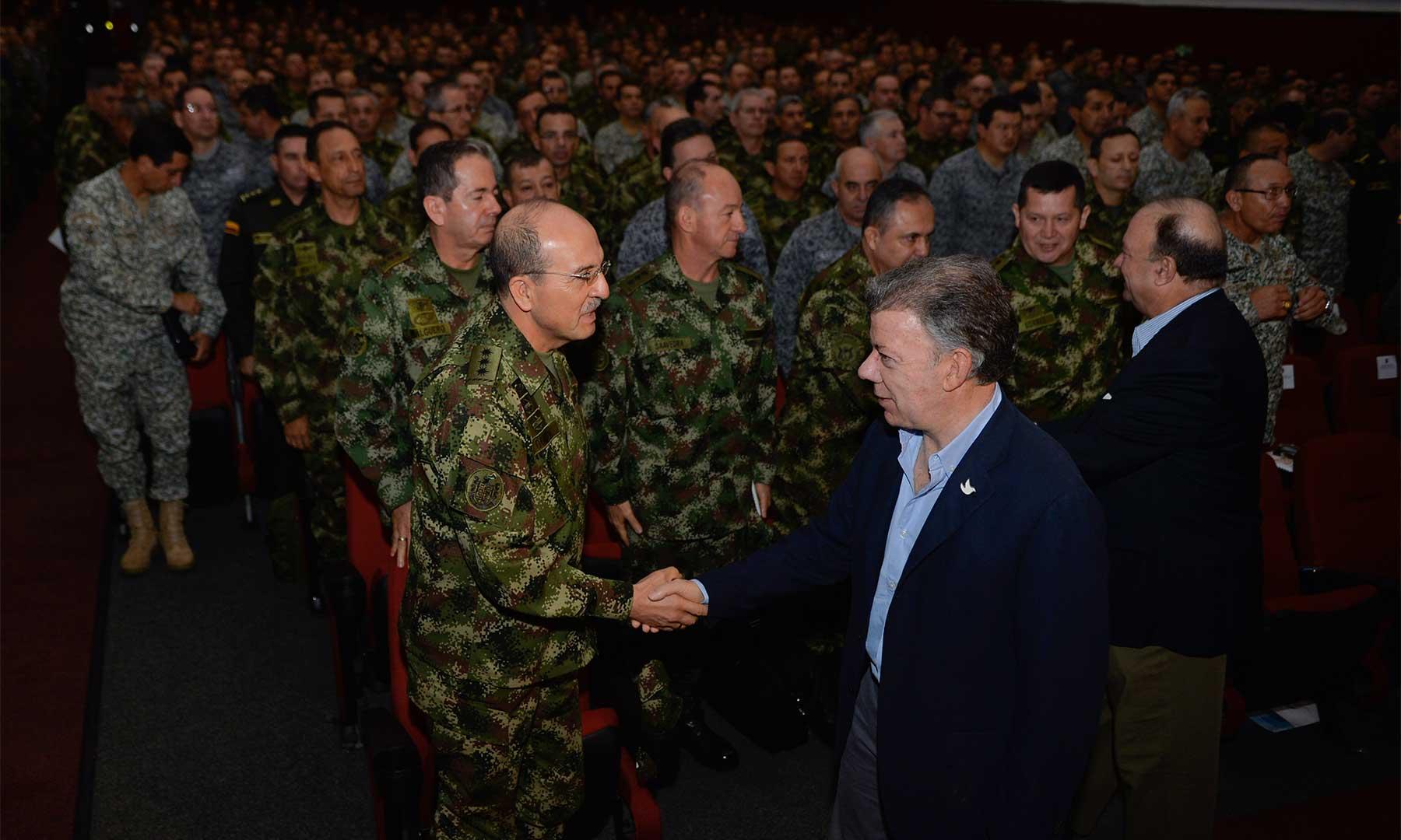 El Presidente Juan Manuel Santos a su llegada este sábado al Teatro Patria de Bogotá, donde dictó la 'Cátedra Colombia' sobre temas del proceso de paz, ante oficiales de las Fuerzas Militares y la Policía Nacional.