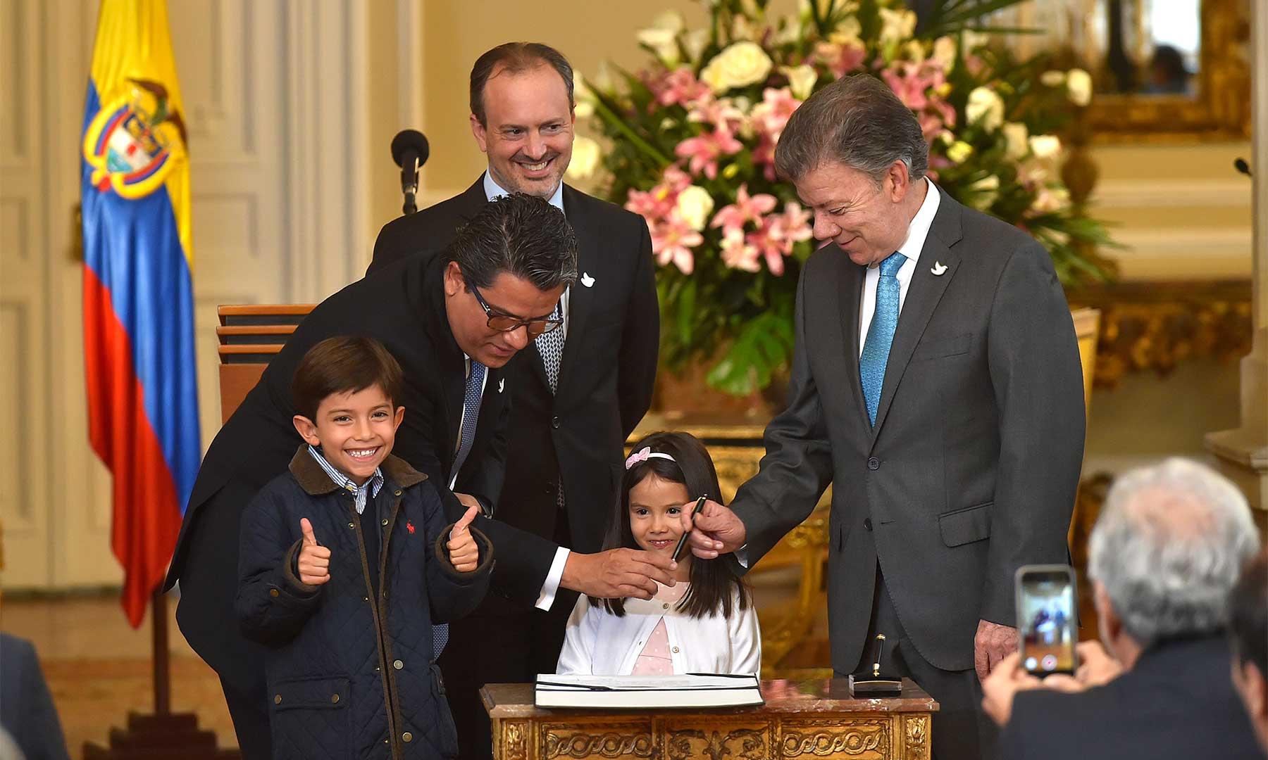 En la toma de posesión de Germán Arce como Ministro de Minas y Energía, efectuada este lunes en la casa presidencial, el nuevo integrante del Gabinete estuvo acompañado por sus pequeños hijos Simón y Sofía.