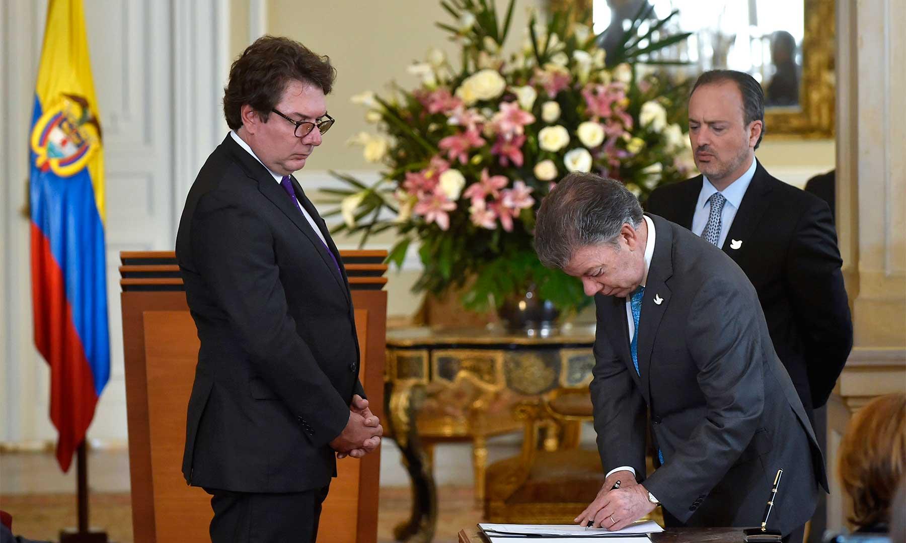 El Presidente Santos firma el acta de posesión de Juan Carlos Restrepo como nuevo Director de Seguridad, quien tendrá el reto de luchar contra el crimen organizado y el robo de celulares.
