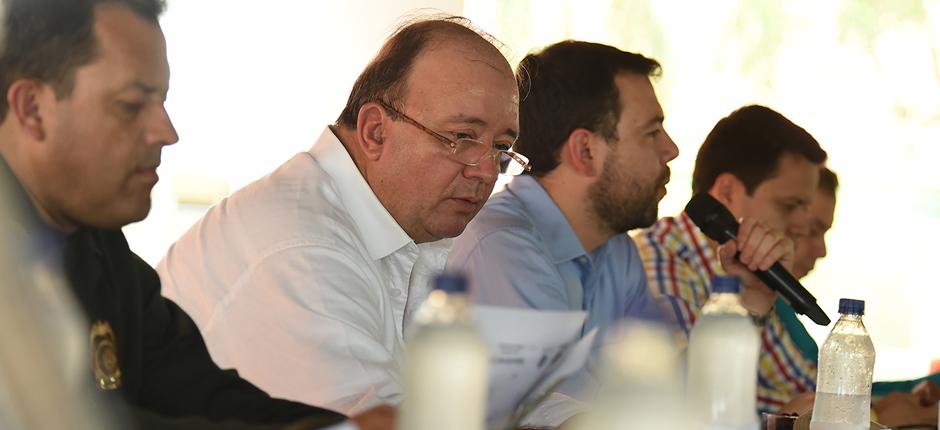 En el municipio de Apartadó (Antioquia), el ministro de Defensa, Luis Carlos Villegas, asistió a la sesión especial de la Comisión Segunda del Senado de la República que se desarrolló en la región de Urabá. Foto: Mauricio Orjuela/Mindefensa