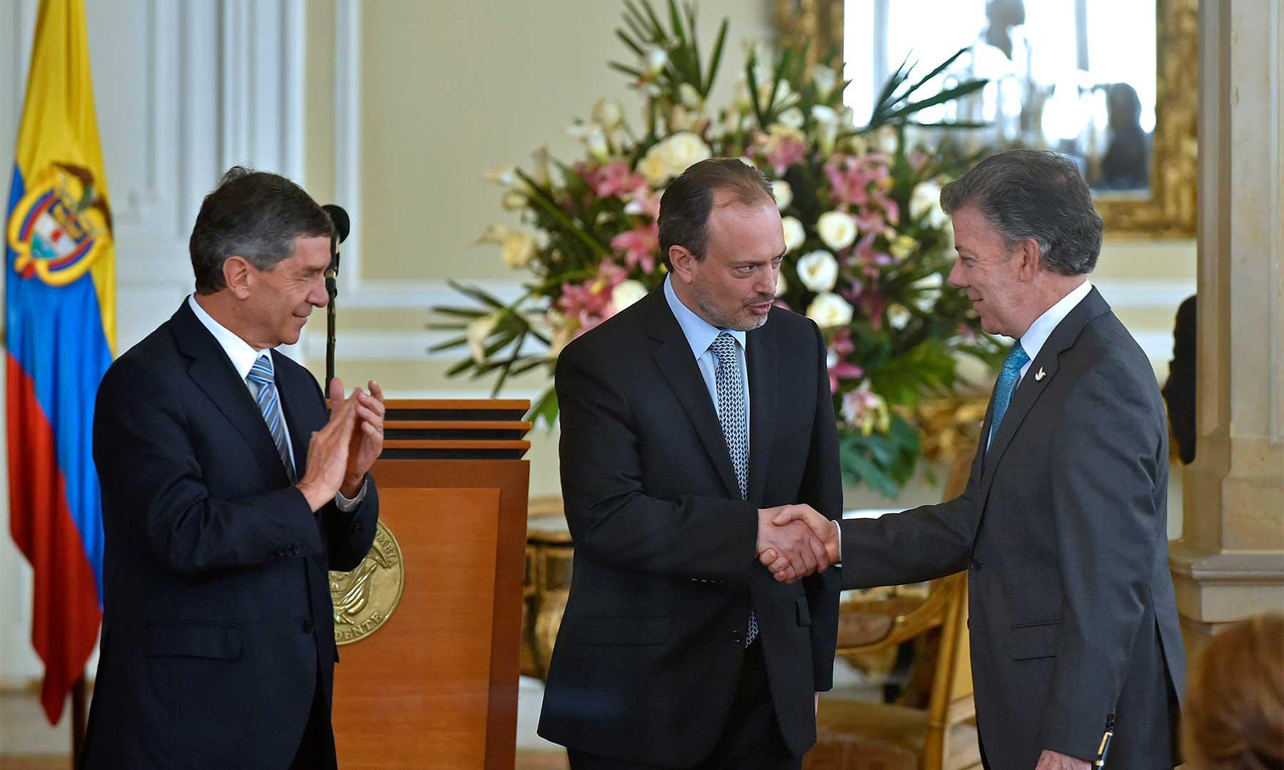 Luis Guillermo Vélez es posesionado por el Presidente Santos como nuevo Secretario General de la Presidencia, en presencia Rafael Pardo, Ministro Consejero para el Posconflicto.