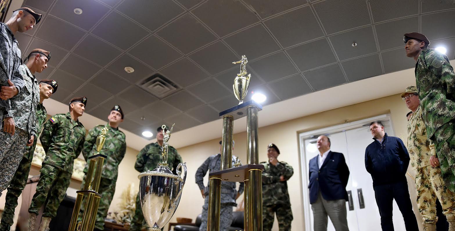 Mindefensa recibio equipo de fuerzas comando de las fuerzas militares de Colombia campeones en perú4
