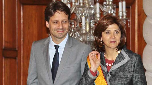 Ministros de Relaciones Exteriores de Colombia, María Ángela Holguín, y de Ecuador, Guillaume Long,
