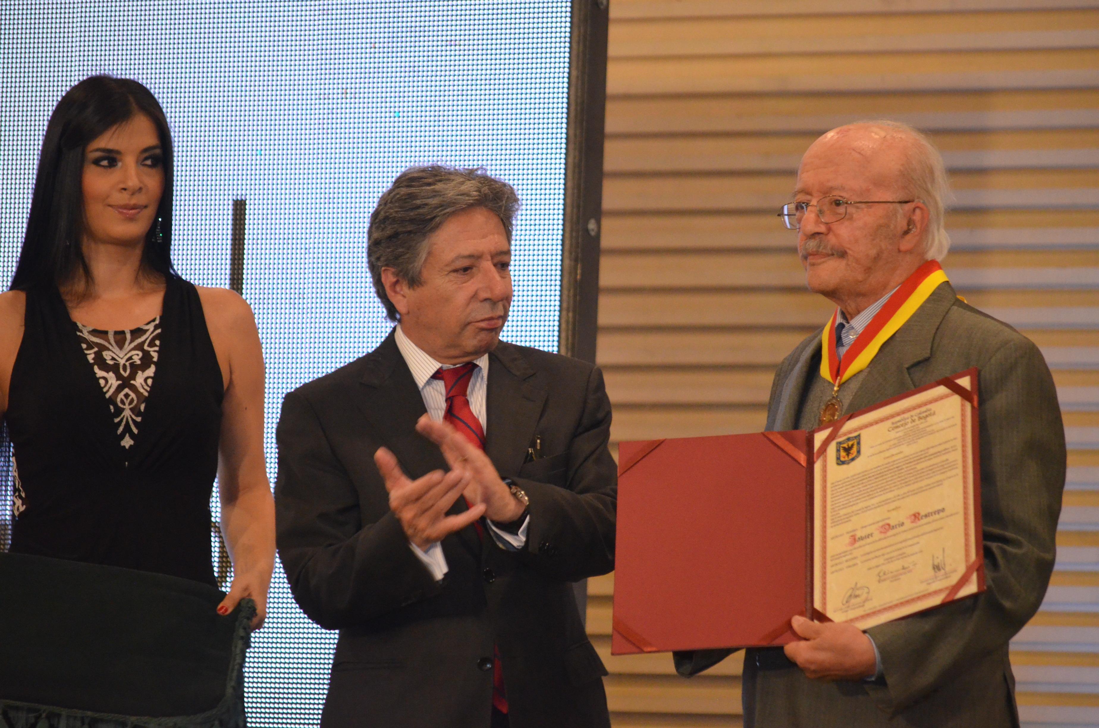 Presidente del Concejo de Bogotá Roberto Hinestrosa Rey y Javier Darío Restrepo