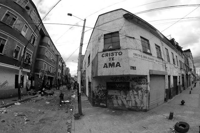 Una gráfica que parece de ficción. Es la pesadilla del Bronx, el centro de acopio de estupefacientes más tenebroso de la capital. Foto: Cristian Garavito/El Espectador