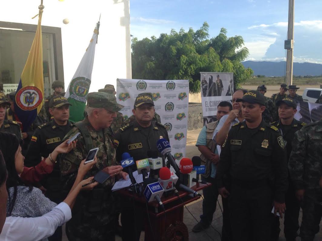 comandante del Ejército, general Alberto José Mejía Ferrero y el director de la Policía, general Jorge Hernando Nieto