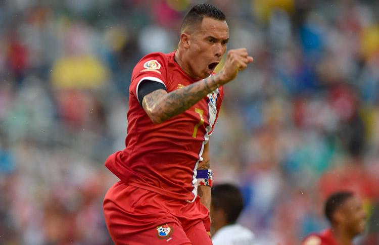 Blas Pérez marca dos goles históricos