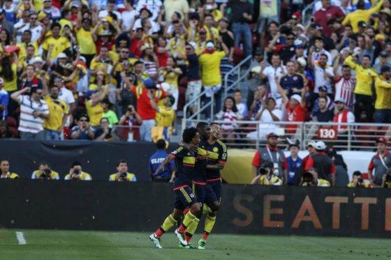 Cristian Zapata (c) festeja junto a Juan Cuadrado (i) y Edwin Cardona (d) el gol de Colombia.