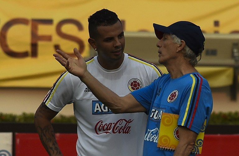 Colombia's national football team Coach, Jose Pekerman (R) speaks with Edwin Cardona during a training session at the Metropolitano Stadium in Barranquilla on March 26, 2016. Colombia will face Ecuador on March 29 in Barranquilla in a FIFA World Cup Russia 2018 South American qualifier. AFP PHOTO/Luis Acosta / AFP PHOTO / LUIS ACOSTA