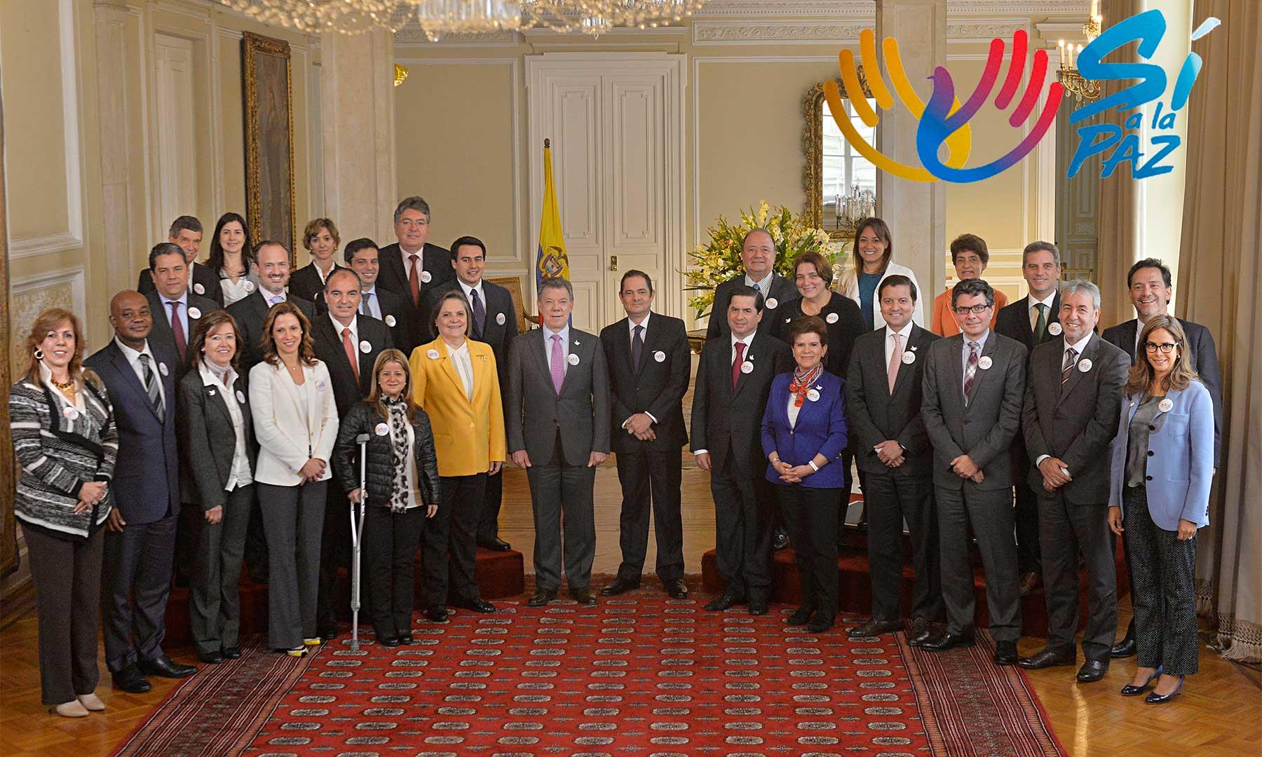 El Gabinete expresó este lunes su respaldo irrestricto a la paz. Al término del Consejo de Ministros, los miembros del equipo de gobierno rodearon al Jefe de Estado para colocarse el símbolo de la iniciativa #SíAlaPaz.