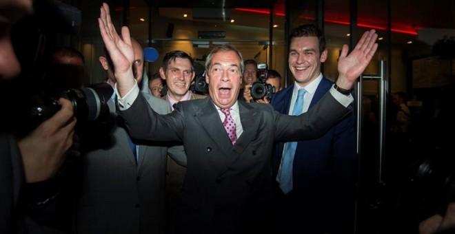 El líder del Partido Independencia del Reino Unido (UKIP) Nigel Farage (c) sale de la sede del partido hoy, este jueves, en Londres (R.Unido). El eurófobo Nigel Farage, líder del Partido de la Independencia del Reino Unido (UKIP), admitió que cree que el país ha votado a favor de la permanencia británica en la Unión Europea (UE) en el referéndum celebrado este jueves.