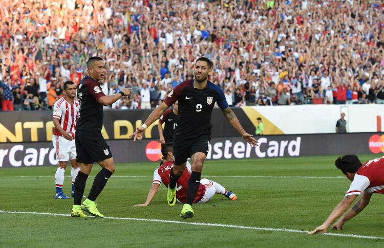 Estados Unidos entusiasma a su hinchada y avanza a cuartos