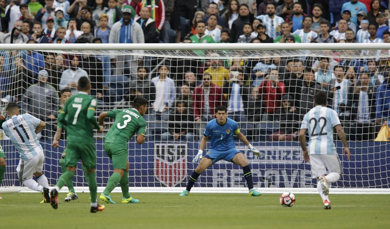 Bolivia's goalkeeper Carlos Lampe (C) eyes the ball during the Copa America Centenario football tournament match against Argentina in Seattle, Washington, United States, on June 14, 2016. / AFP PHOTO / Jason REDMOND
