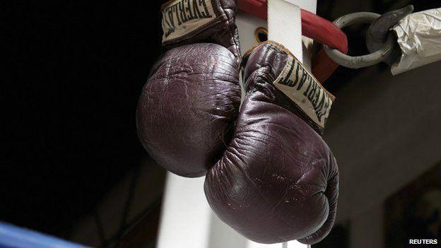 Un retrato como para Normal Mailer: los guantes del campeón vencido por el nocaut del Parkinson, que agotó la vida de Muhammad Alí a los 74 años. Foto: Reuters.