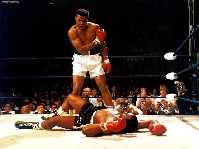 La foto histórica de Neil Leifer en el combate relámpago Alí-Liston, el 25 de mayo de 1965, publicada en la portada del Washington Post. 'Levántate y pelea, cabrón', increpa el campeón.