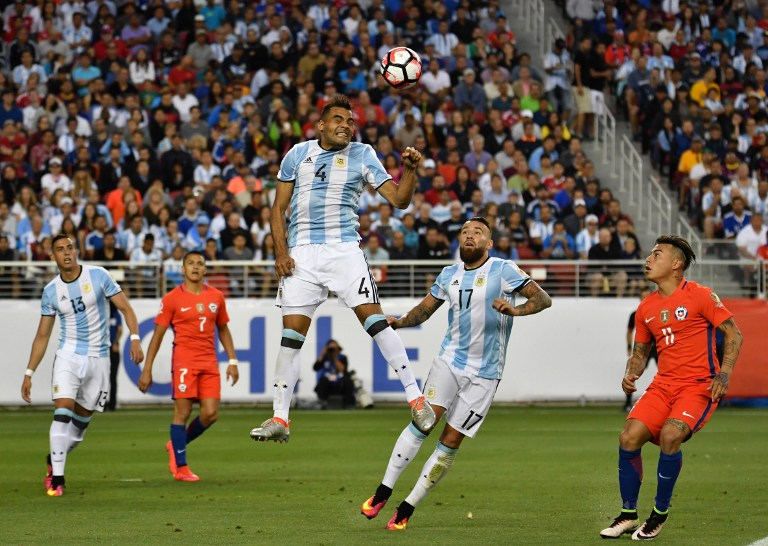 Argentina's Gabriel Mercado (C) heads the ball during the Copa America Centenario football tournament match against Chile in Santa Clara, California, United States, on June 6, 2016.  / AFP PHOTO / JOSH EDELSON