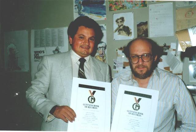 Las credenciales de sus primeros récords Guinness. Aquí con Daniel Samper Pizano, quien le dio la mano cuando llegó a España. Foto: Archivo particular