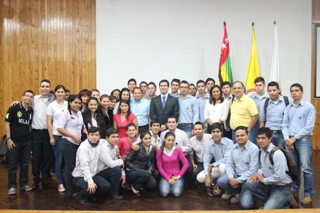 Rodeado de profesores y estudiantes del Servicio Nacional de Aprendizaje (SENA), en una de sus conferencias. Foto: periodicosena.com