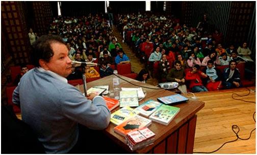 En el auditorio de la Universidad Jorge Tadeo Lozano, demostrando que su prodigio con las matemáticas, no es ningún fraude. Foto: laparrilla.co