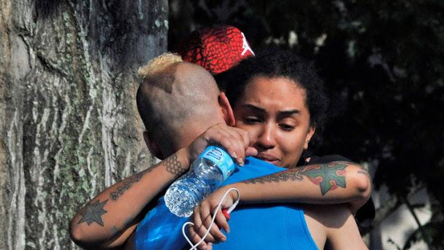 Dolor y desconcierto de familiares y allegados de las víctimas de la siniestra madrugada en un nigth club rosa de Orlando. Foto: Univisión
