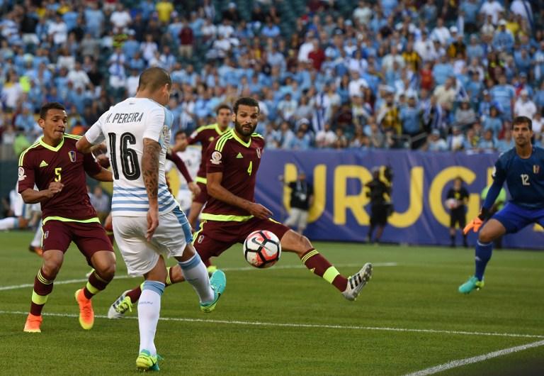 Uruguay's Maximiliano Pereira passes the ball during the Copa America Centenario football tournament match against Venezuela in Philadelphia, Pennsylvania, United States, on June 9, 2016. / AFP PHOTO / DON EMMERT