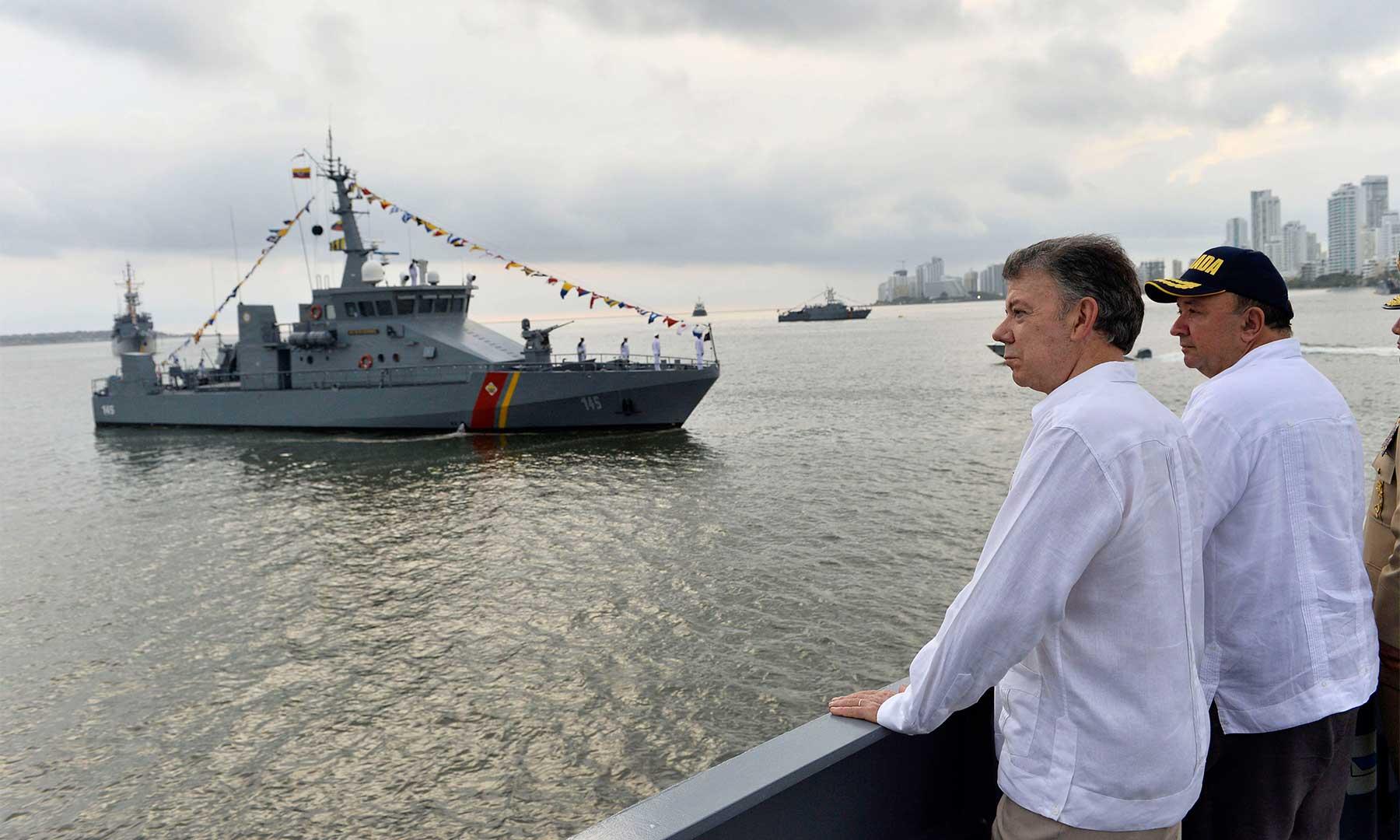 El Presidente Santos y el Ministro de Defensa Nacional, Luis Carlos Villegas contemplan la revista naval con motivo del 193 aniversario del Día de la Batalla Naval del Lago de Maracaibo.