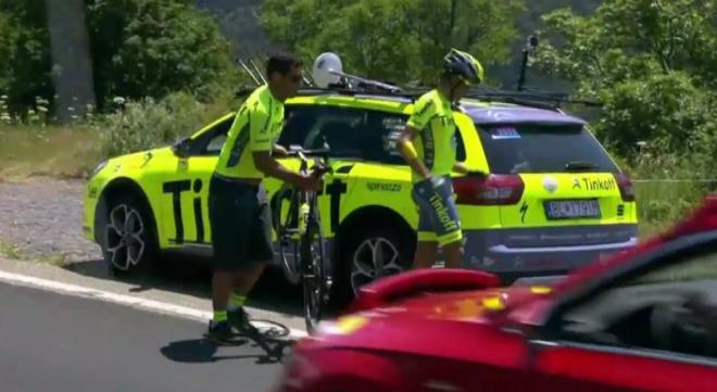 Alberto Contador, bajando de la bicicleta a 98 kilómetros de la meta.