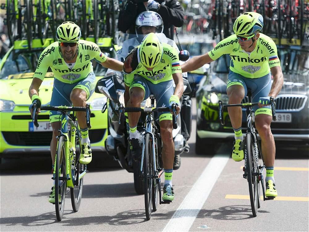 Alberto Contador fue ayudado por sus compañeros de equipo.