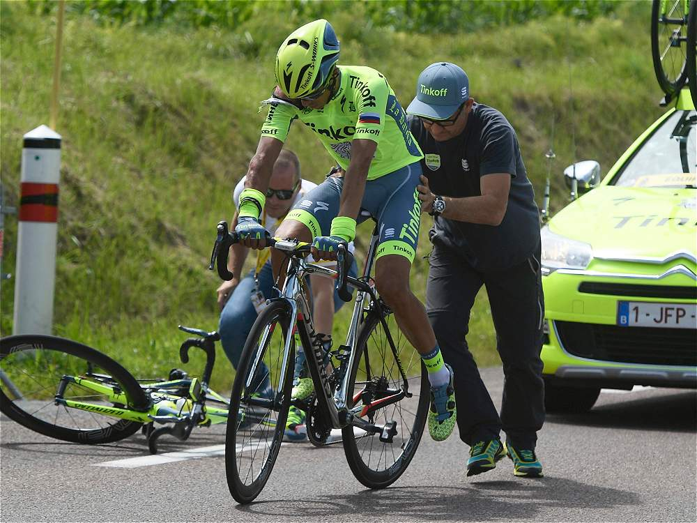 Contador cambió la bicicleta después de su caída