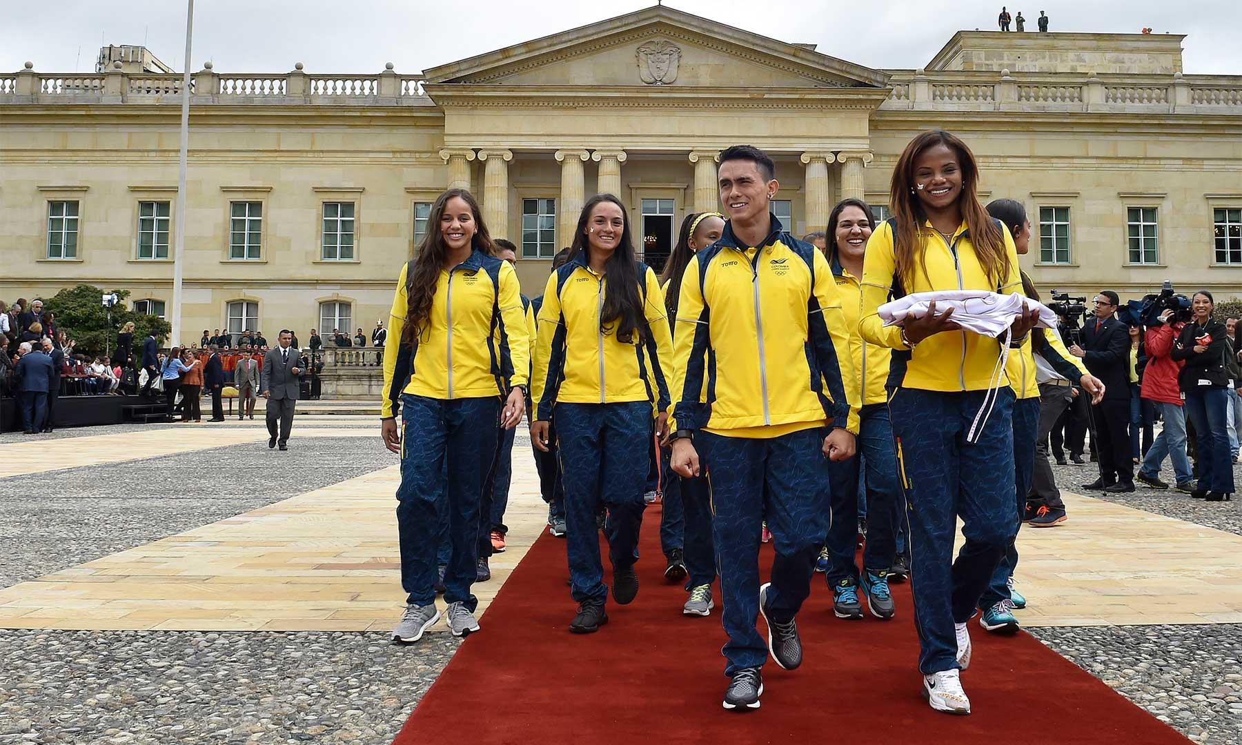 Deportistas colombianos que participarán en los Juegos Olímpicos de Río, a su salida de la Casa de Nariño este jueves tras recibir el Pabellón Nacional y la Bandera de la Paz.