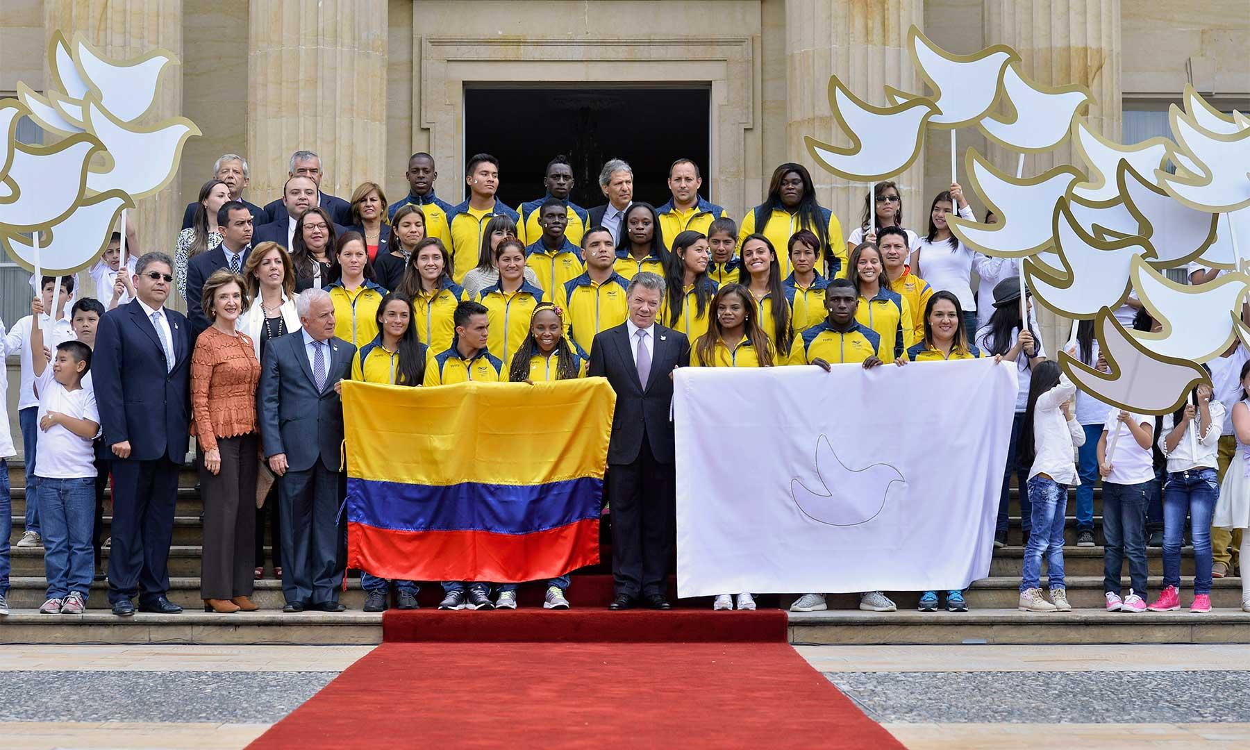 El Presidente Santos y una parte de la delegación colombiana que competirá en agosto próximo en los Olímpicos de Río. Los deportistas colombianos representan los valores de la disciplina, del esfuerzo y del trabajo en equipo, dijo el Mandatario.