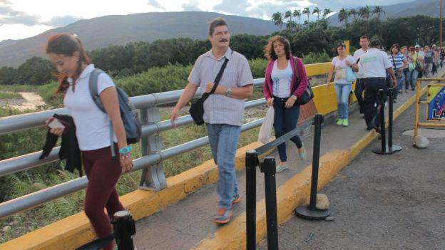 Desde tempranas horas de la mañana los venezolanos comenzaron a cruzar hacia Colombia.