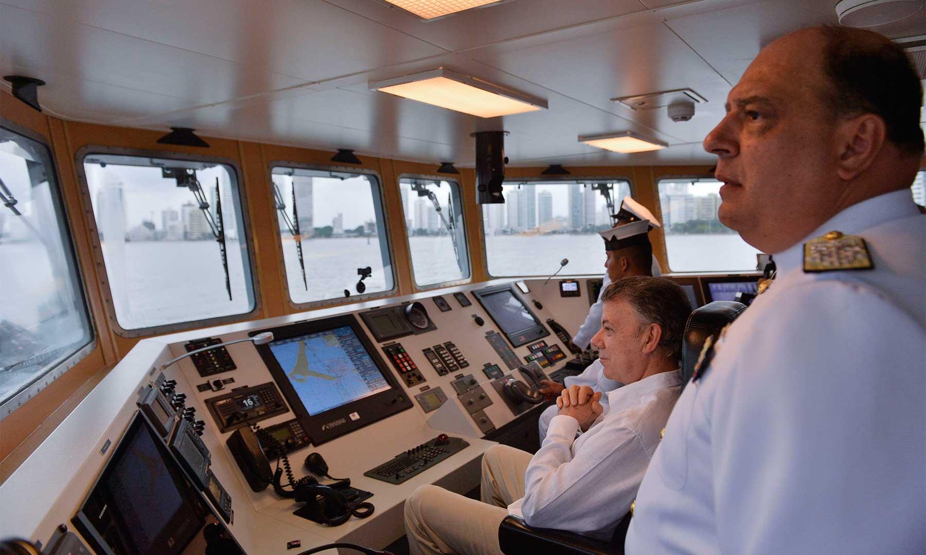 """El Presidente Juan Manuel Santos al mando de la patrullera de costa """"ARC Punta Espada"""", durante la Revista Naval realizada con motivo del día de la Armada Nacional."""