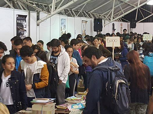 Decenas de personas compraron libros desde 5 mil pesos en El gran ...