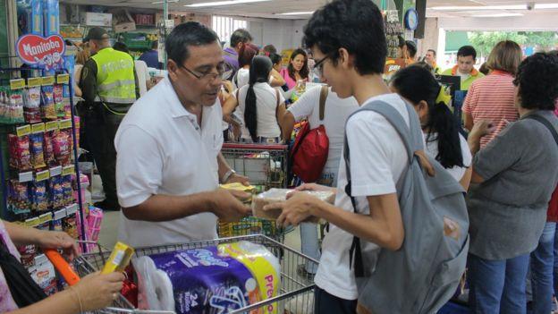 Los compradores venezolanos abarrotaron los supermercados de Cúcuta.