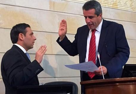 Mauricio Lizcano toma juramento ante Lus Fernando Velasco como nuevo presidente del Senado de la República.