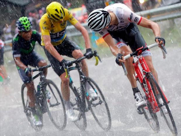 Tom Dumoulin consiguió hoy su primer triunfo en el Tour de Francia y encadenó una tercera gran vuelta con victoria parcial.