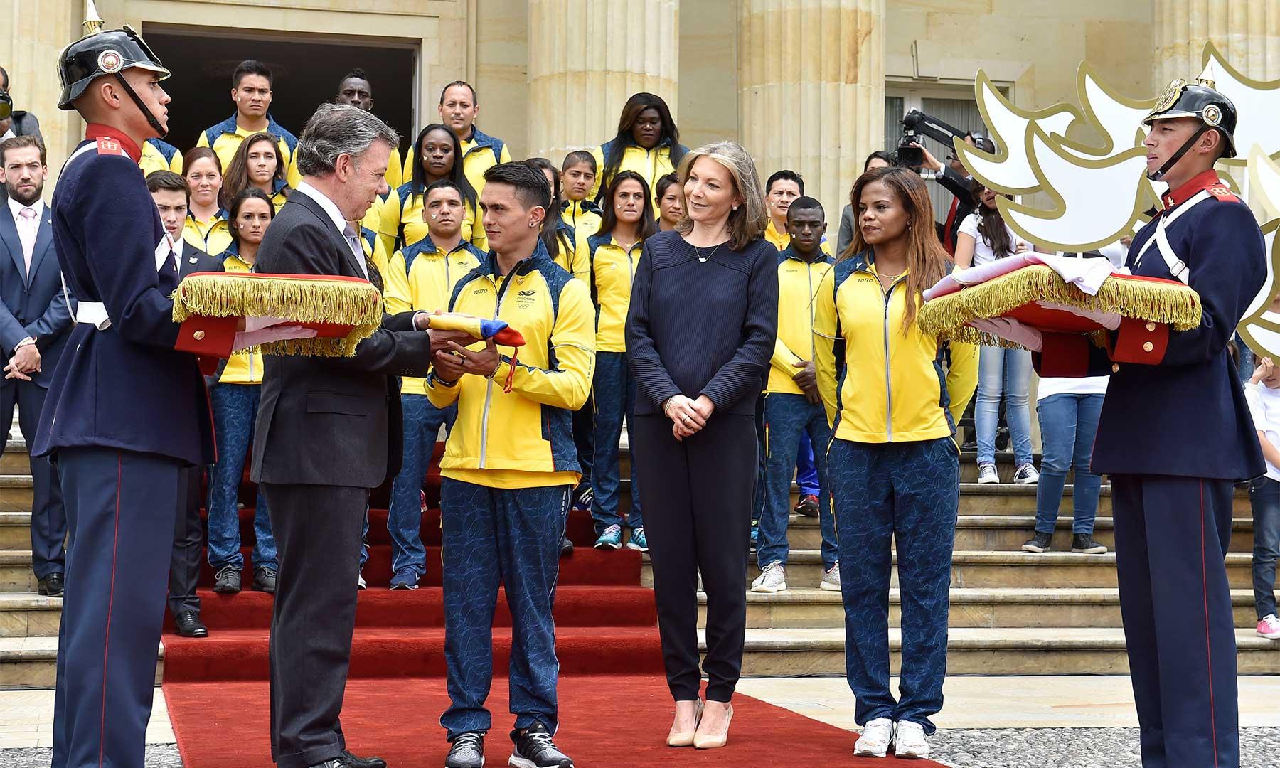 A través del gimnasta Jossimar Calvo, el Presidente Juan Manuel Santos entregó el Pabellón Nacional a la delegación de deportistas de Colombia que competirán en los Juegos Olímpicos de Río de Janeiro.