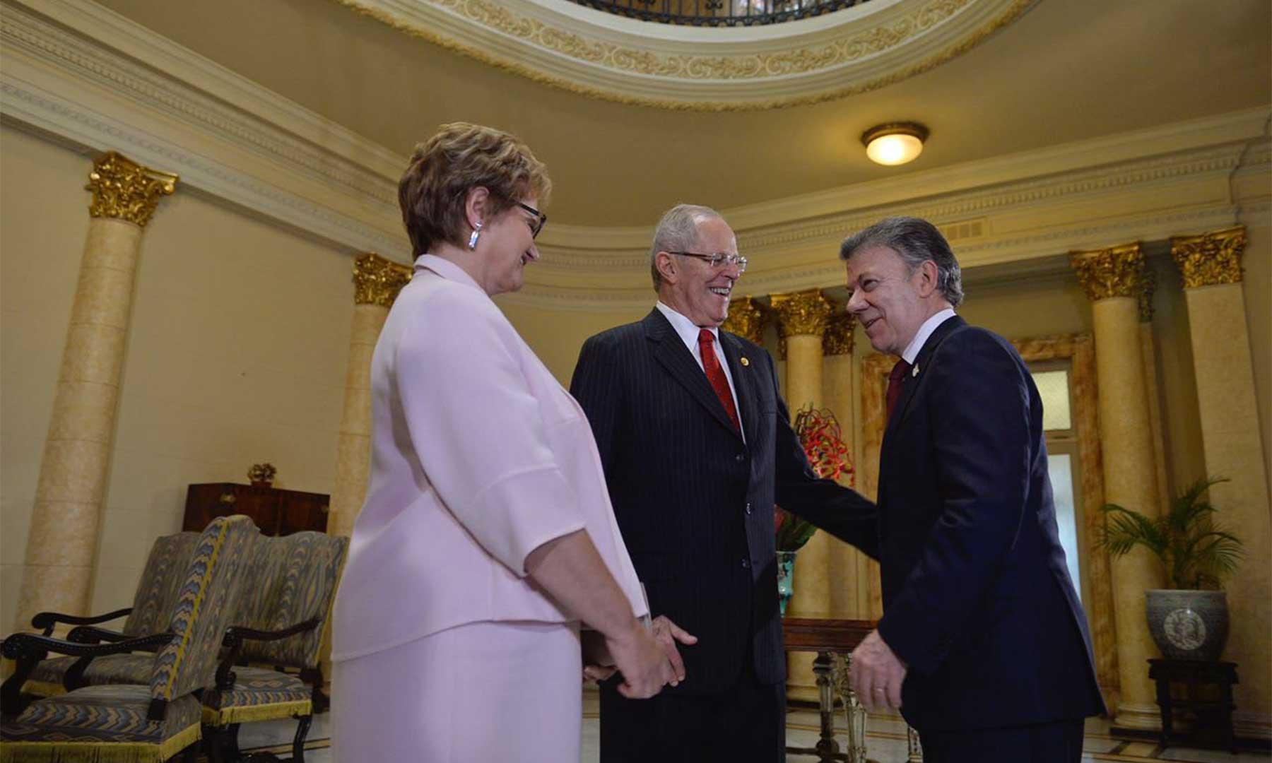 El Presidente Juan Manuel Santos saluda al Jefe del Estado peruano, Pedro Pablo Kucynski, quien estuvo acompañado por la Primera Dama Nacy Lange, luego de su toma de posesión ante el Congreso de ese país.
