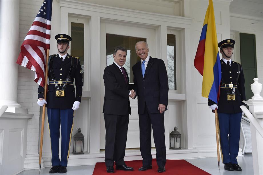 """En una conversación telefónica con el Presidente Santos, """"el Vicepresidente reiteró su fuerte compromiso personal y el apoyo de EEUU para la exitosa implementación de los acuerdos de paz, y subrayó la importancia de mantener el apoyo bipartidista en el Congreso norteamericano"""", informó la Casa Blanca."""