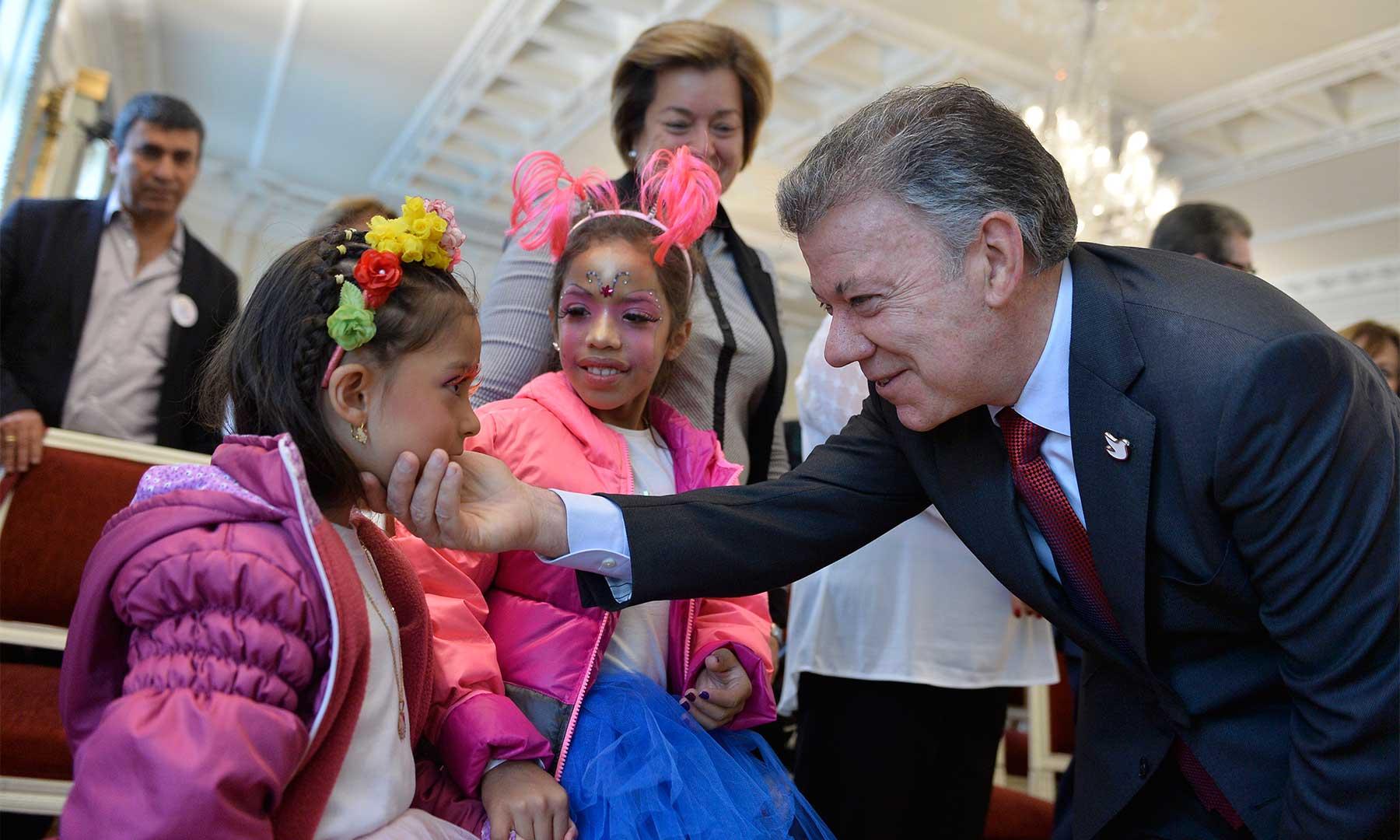 Un afectuoso saludo ofrece el Presidente Santos a una niña que acompañó a dirigentes de organizaciones sociales, quienes visitaron la Casa de Nariño para brindar su apoyo a la paz.