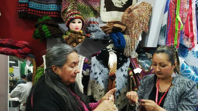 Madre e hija tejedoras, artífices de la marca Manu-Arte-Nak, de Soacha. Ejemplo a seguir. Foto: La Pluma & La Herida