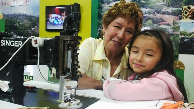 Aquí aparece la hábil modista con su nieta Sofía. Un legado que pasa de generación a generación. Foto: La Pluma & La Herida