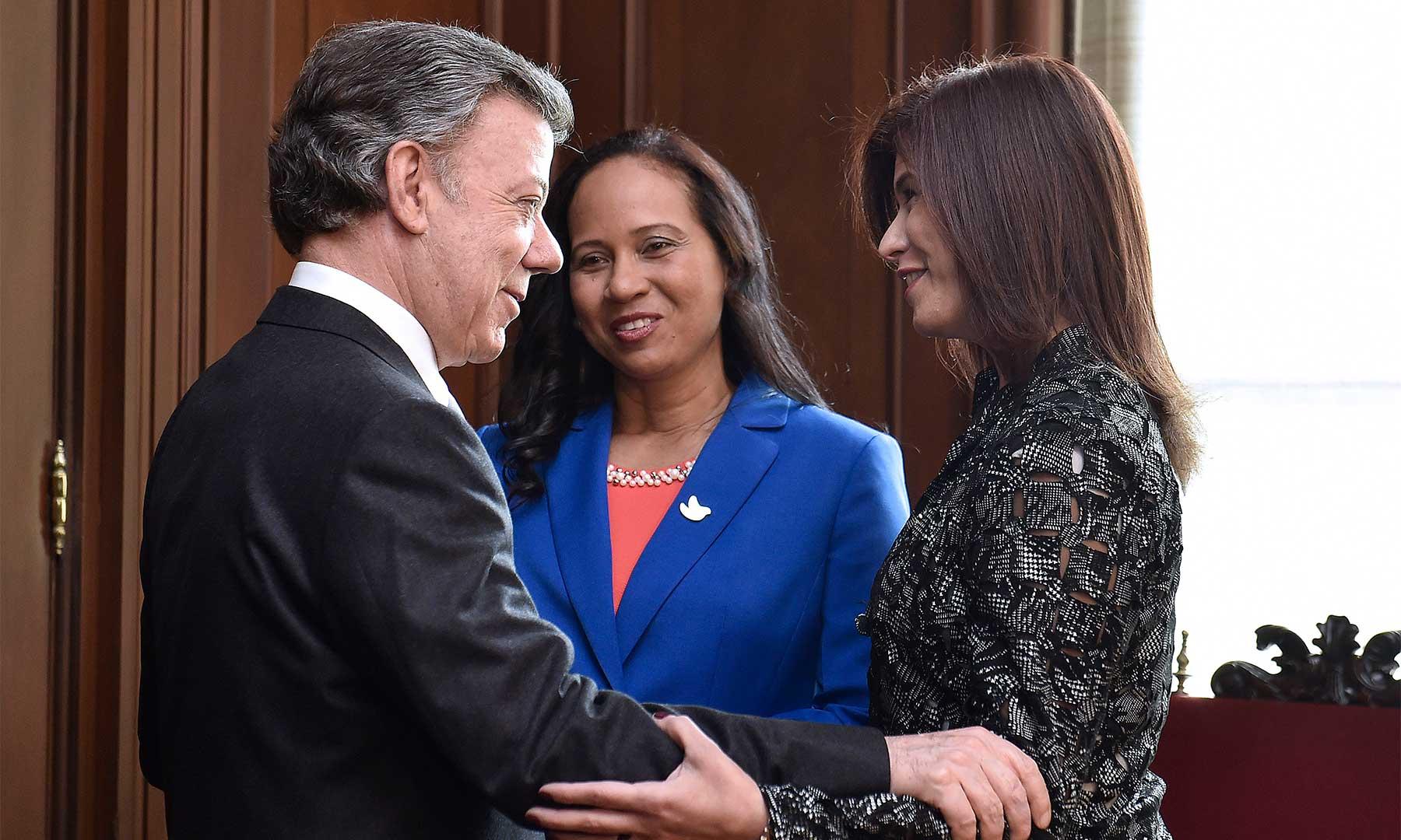 """""""Estoy muy orgulloso como colombiano de tenerlas de Embajadoras"""", les dijo hoy el Presidente a Elizabeth Taylor y Natalia Abello, quienes desarrollarán su tarea diplomática en Kenia y Uruguay, respectivamente."""