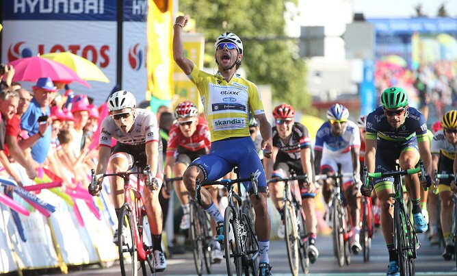 Fernando Gaviria celebrando el triunfo de la xx etapa, este viernes 15 de julio.