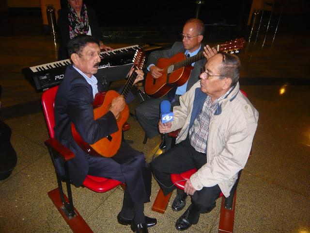 Con Roberto Tejada, de Los Hermanos Tejada, en un ensayo previo a la celebración de los 50 años de Silva y Villalba. Foto: La Pluma & La Herida