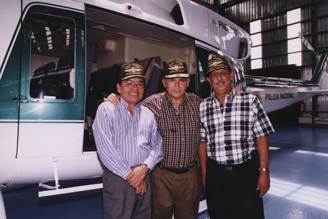 Montando guardia musical con el ex director de la Policía Nacional Rosso José Serrano. Foto: Archivo particular
